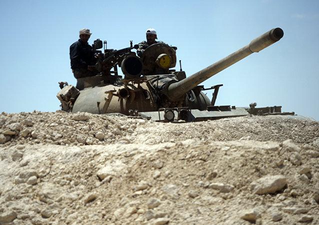 Un tanque del Ejército sirio en las afueras de Palmira (archivo)