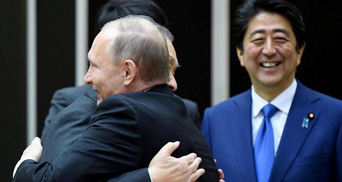 Vladímir Putin, presidente de Rusia, Yoshiro Mori, ex primer ministro de Japón, y Shinzo Abe, primer ministro de Japón durante la reunión en Tokio el 16 de diciembre