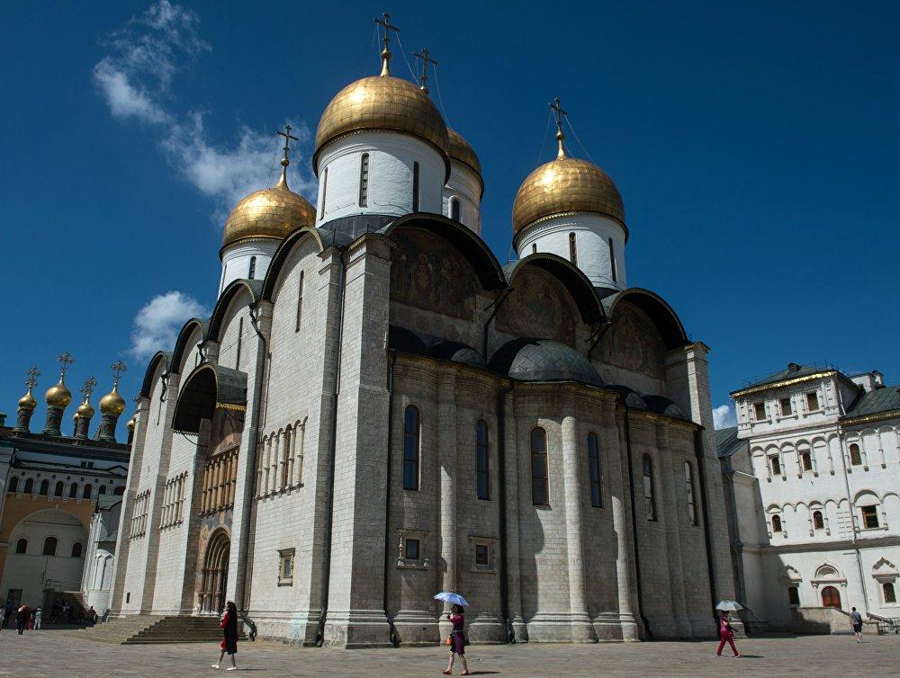 La catedral de la Dormición, uno de los templos de piedra blanca más antiguos del Kremlin de Moscú.