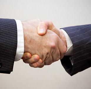 Apretón de manos (imagen referencial)