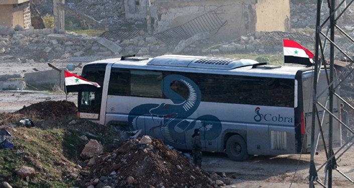 La evacuación de combatientes y sus familiares en el este de Alepo