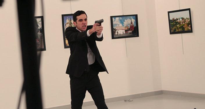 El hombre amenaza a los periodistas tras disparar al embajador ruso
