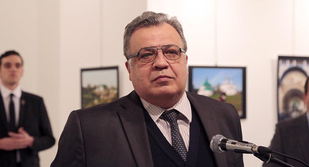 Andréi Kárlov, el embajador ruso en Turquía, unos momentos antes del atentado