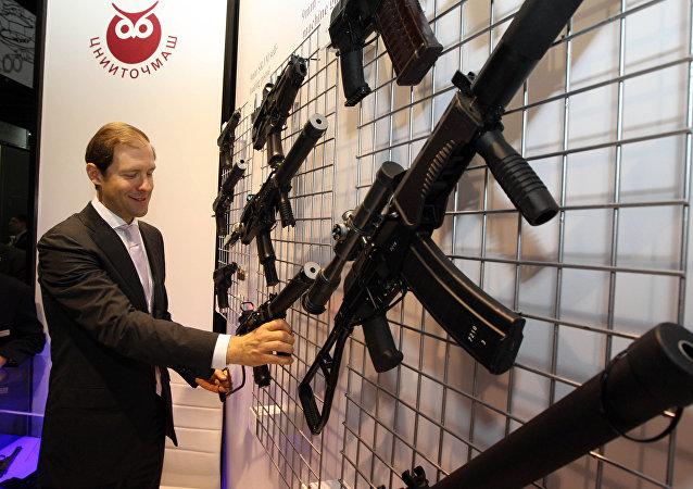 Denís Mánturov, ministro de Industria y Comercio de Rusia y las armas de fuego