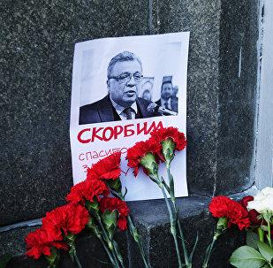 Moscovitas llevan flores y velas al Ministerio de Asuntos Exteriores de Rusia para rendir homenaje al embajador Kárlov