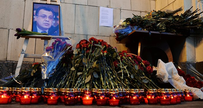 Flores y velas cerca del Ministerio de Exteriores de Rusia en Moscú