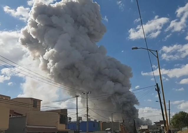 El pilar de humo tras la explosión en el mercado de Tultepec en México (captura de pantalla)