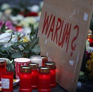 Cartel con la pregunta '¿Por qué?' en el lugar del atentado en Berlín