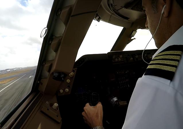Un piloto realiza un peligroso aterrizaje con viento cruzado