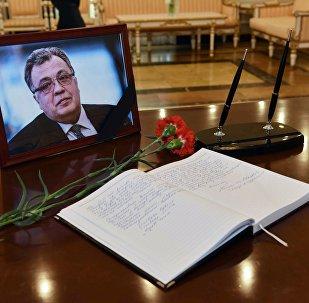 El libro de condolencias con la foto de Andréi Kárlov