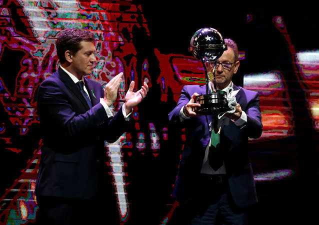 El presidente del club de fútbol Chapecoense recibe el trofeo de campeón de la Copa Sudamericana