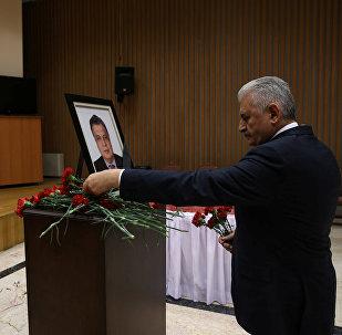 Primer ministro turco, Binali Yildirim, visitó la Embajada de Rusia en Ankara y firmó en el libro de condolencias por el asesinato del embajador ruso en Turquía, Andréi Kárlov