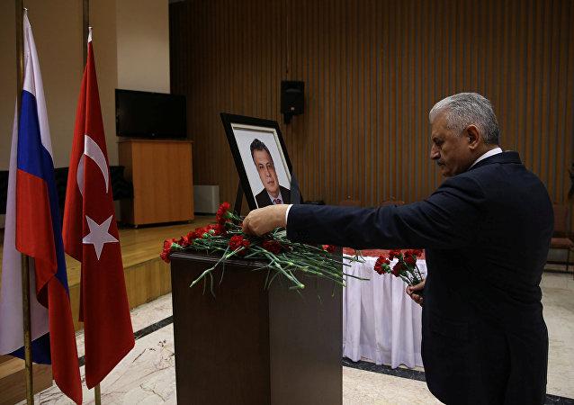 El primer ministro turco Binali Yildirim coloca flores en la memoria del difunto embajador ruso en Turquía, Andrei Karlov, durante su visita a la Embajada de Rusia en Ankara, Turquía