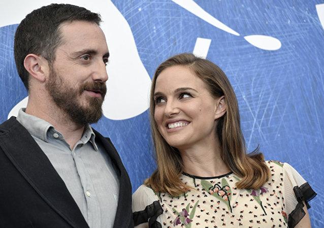 Pablo Larraín, cineasta chileno, y Natalie Portman, actriz estadounidense