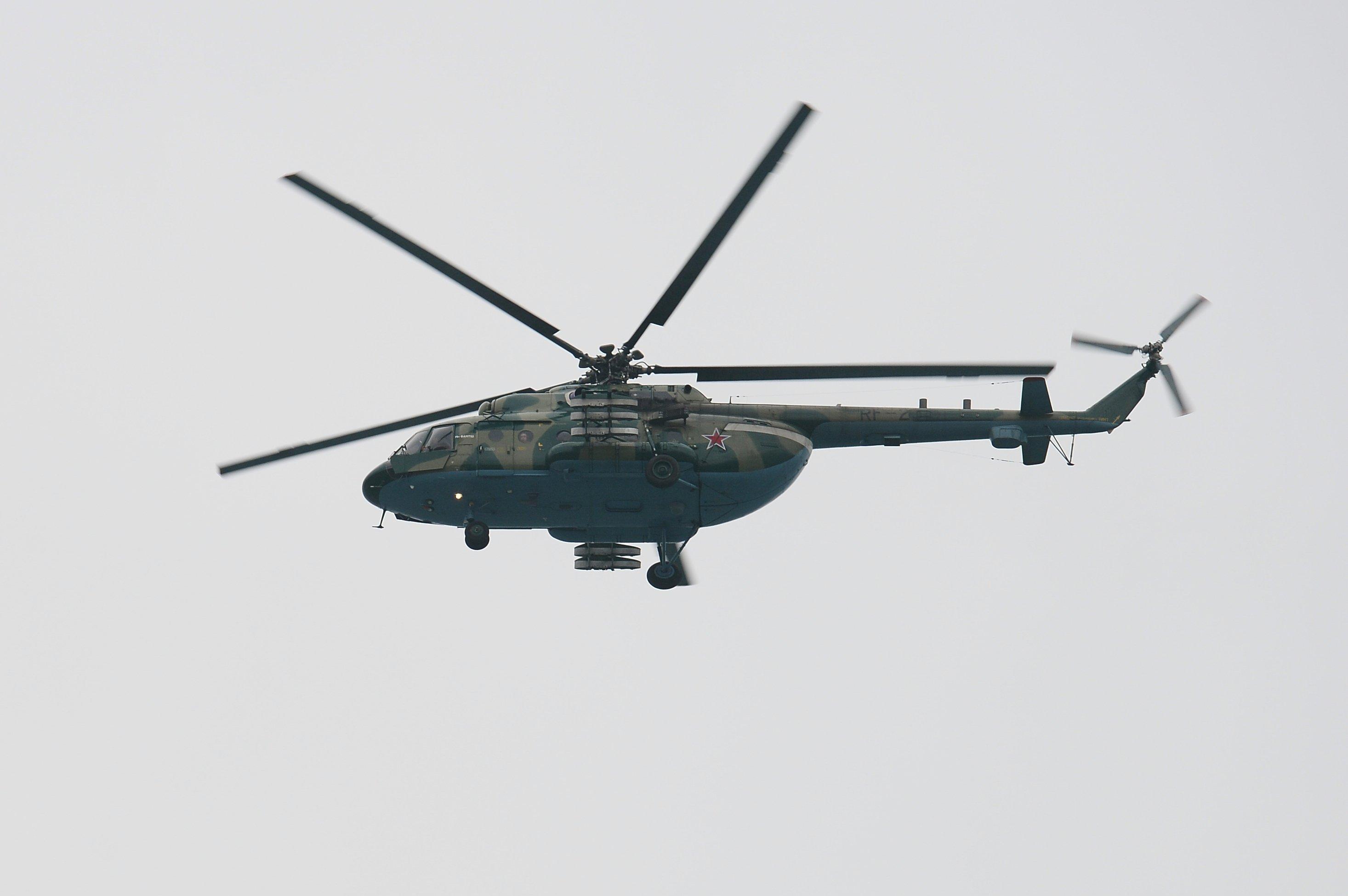 Un helicóptero Mi-8 en la zona del siniestro del Tu-154 en Sochi