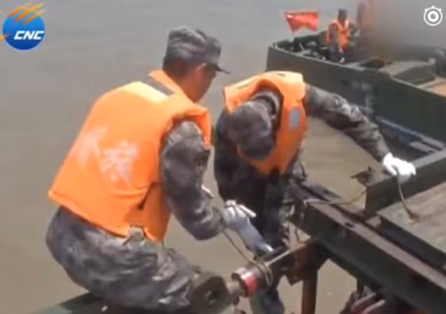 Soldados chinos construyen un puente de 1 kilómetro en 27 minutos