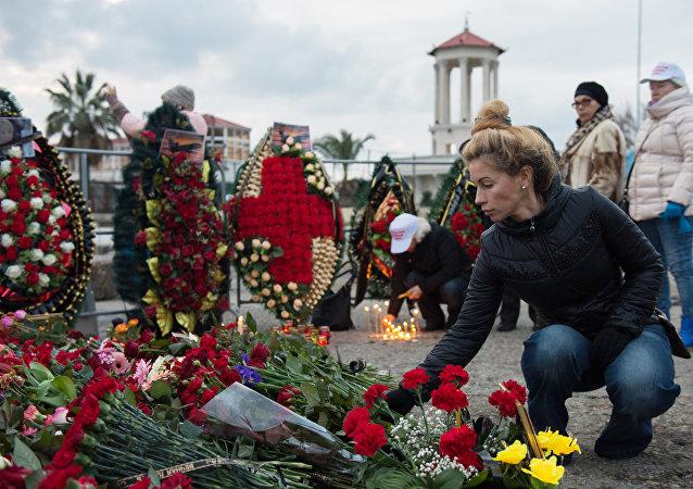 La gente lleva flores en memoria de las víctimas del siniestro del Tu-154