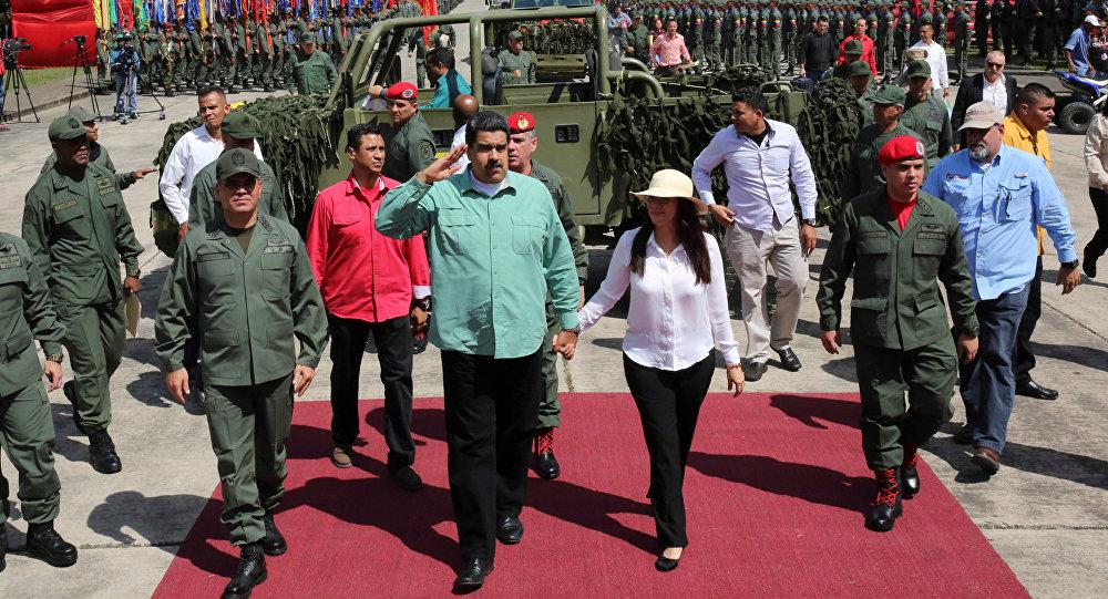 Ministro de Defensa Vladímir Padrino López, presidente Nicolás Maduro y su esposa Cilia Flores