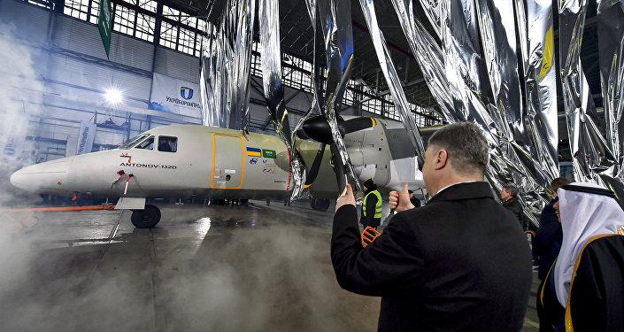 Petró Poroshenko en la presentación del avión AN-132