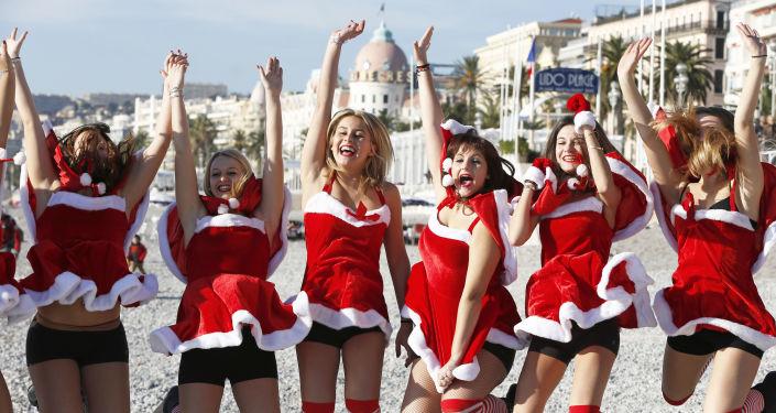 El 'combate' más caliente de la Navidad: nievecillas rusas vs. las ayudantes de Papá Noel