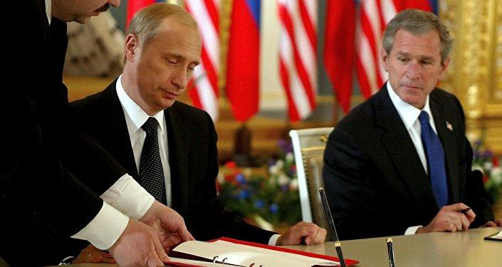 Vladímir Putin y George W. Bush (archivo)