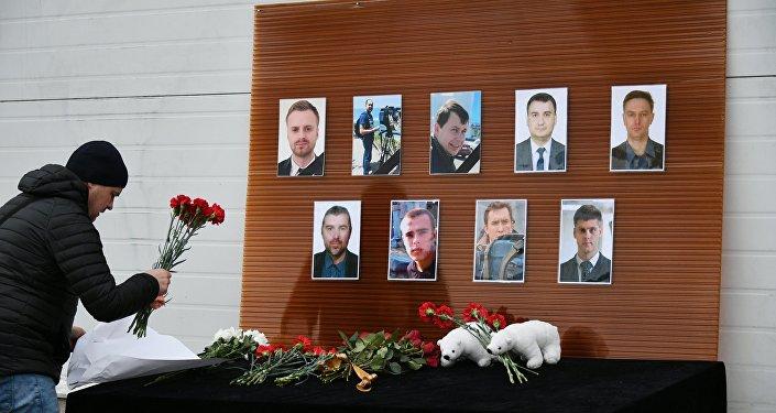 Flores en la memoria de los periodistas, víctimas del siniestro del avión Tu-154