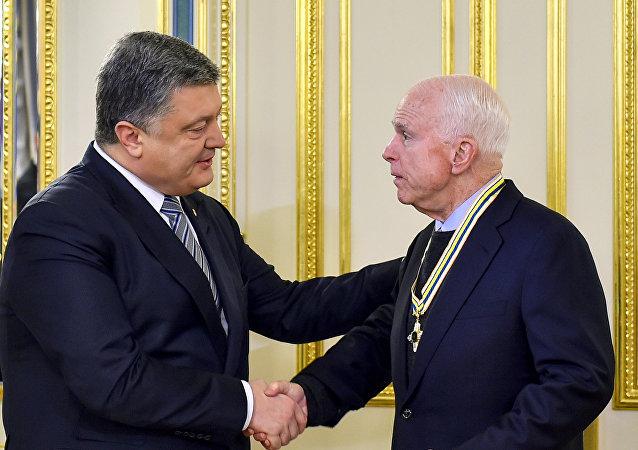 El presidente ucraniano Petró Poroshenko y el senador estadounidense John McCain