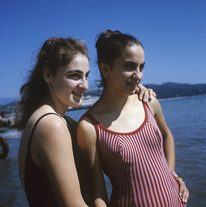 Jóvenes en la playa en Georgia