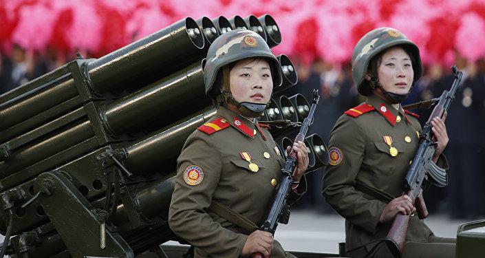 Mujeres soldados de Corea del Norte con los fusiles Kalashnikov