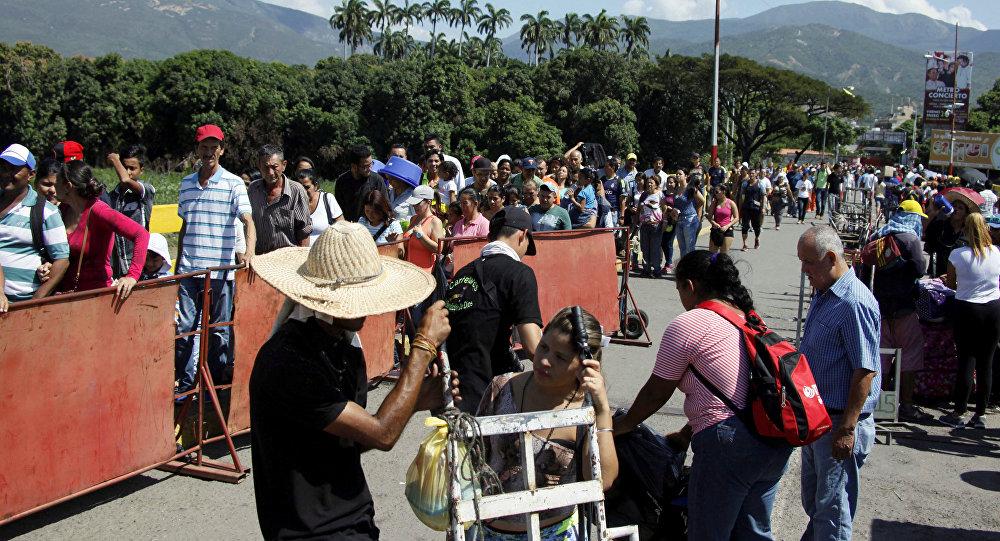 La gente hace fila para cruzar el puente internacional Simón Bolívar hacia Colombia, en San Antonio del Táchira, Venezuela