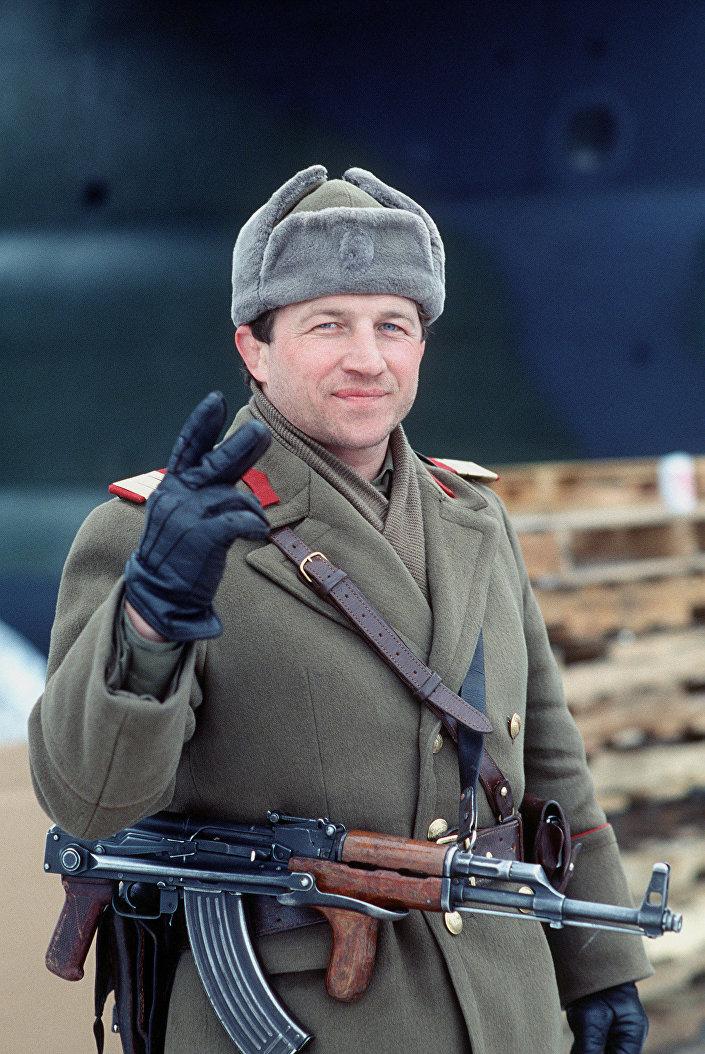 Un soldado rumano con el rifle AIM (nombre para la exportación), llamado PM en Polonia, modelo 63/65 (1989, foto de archivo)