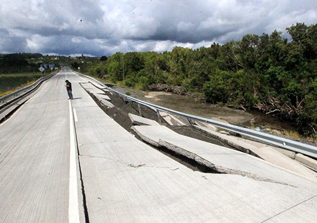 Una vía destruida por un terremoto en Chile (archivo)