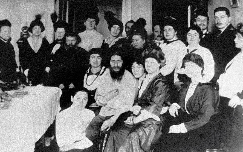 Grigori Rasputín entre las damas de la Corte