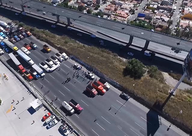 Bloquean la autopista México-Querétaro por la subida de precios de la gasolina