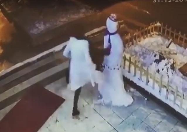 Una mujer destruye un muñeco de nieve