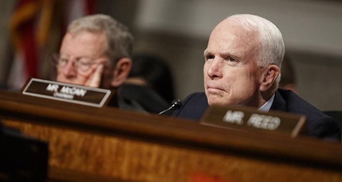 El senador John McCain durante la audiencia del comité Las ciberamenazas externas a EEUU