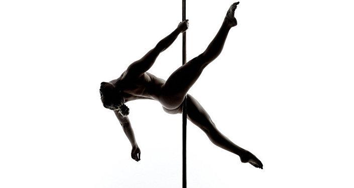 Pole dance o baile del caño, en español