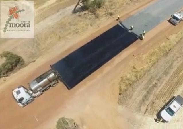 Australianos construyen una carretera en medio del desierto
