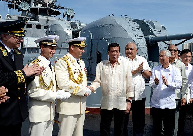 El presidente de Filipinas, Rodrigo Duterte, a bordo del buque ruso Almirante Tributs