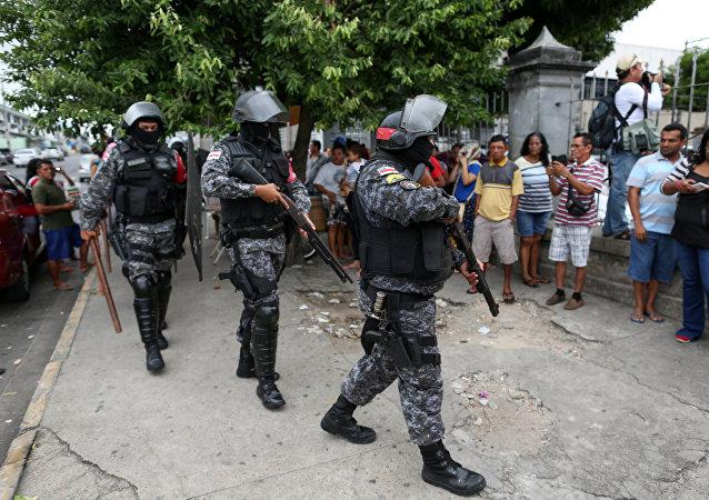 Policías brasileños cerca de la cárcel Desembargador Raimundo Vidal Pessoa, en el centro de Manaos