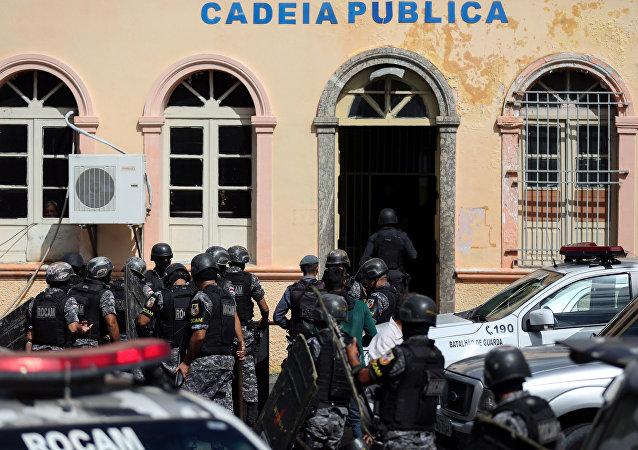 Agentes de policía entran en la cárcel de Manaos