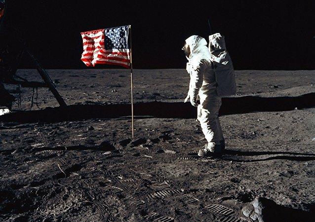 Astronauta estadounidense en la Luna