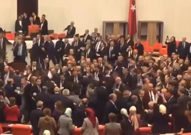 Parlamentarios turcos llegan a las manos por el aumento de poderes de Erdogan