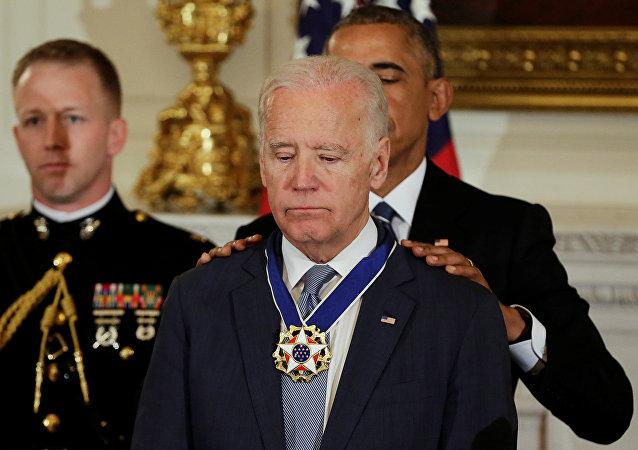 El presidente de EEUU Barack Obama otorga Medalla Presidencial de la Libertad al vicepresidente Joe Biden