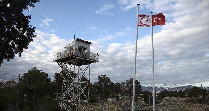 Banderas de Chipre del Norte y de Turquía en la ciudad dividida de Nicosia