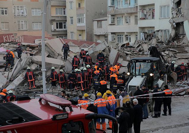 El desplome de un edificio en el distrito de Zeytinburnu en Estambul
