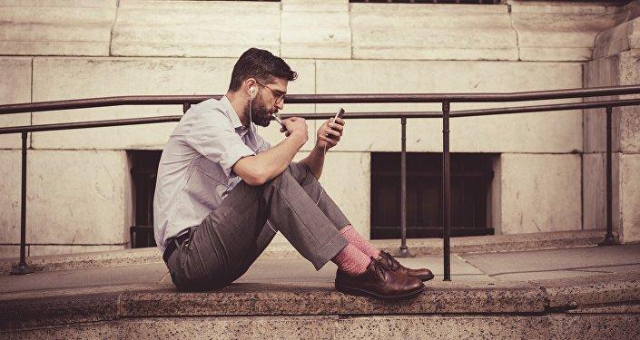 Un hombre con un smartphone (archivo)