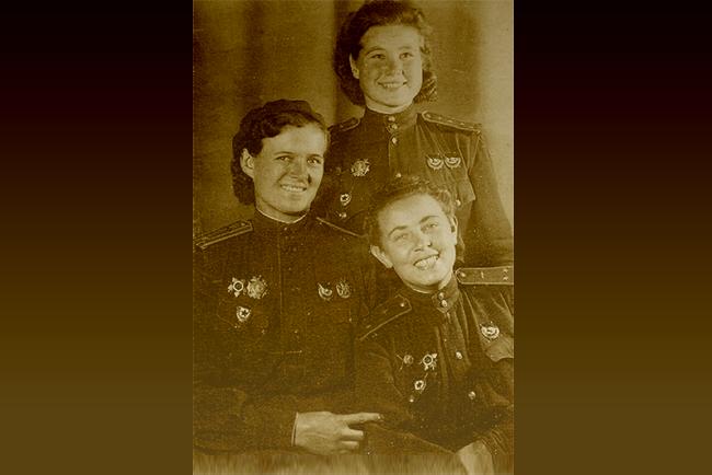 Brujas de la noche Yevdoquía Bershánskaya, María Smirnova y Polina Guelman