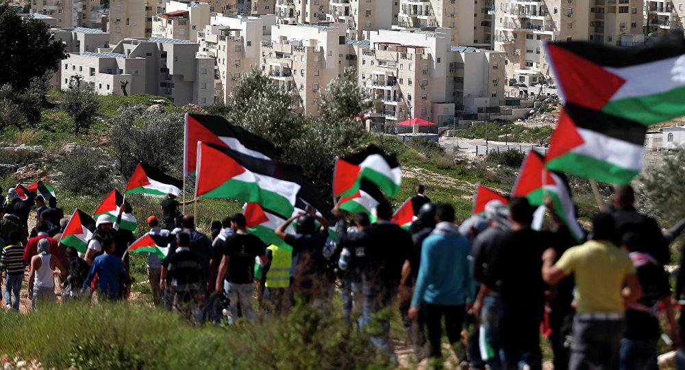 Palestinos con su bandera