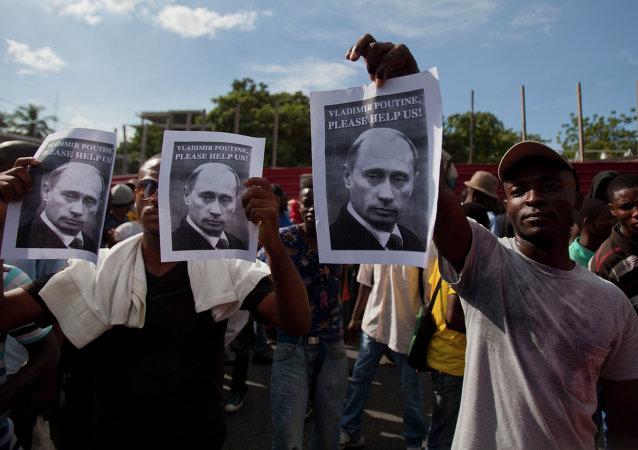 ¡Por favor, ayúdanos!: los manifestantes en Haití con los retratos de Vladímir Putin durante los disturbios de 2014